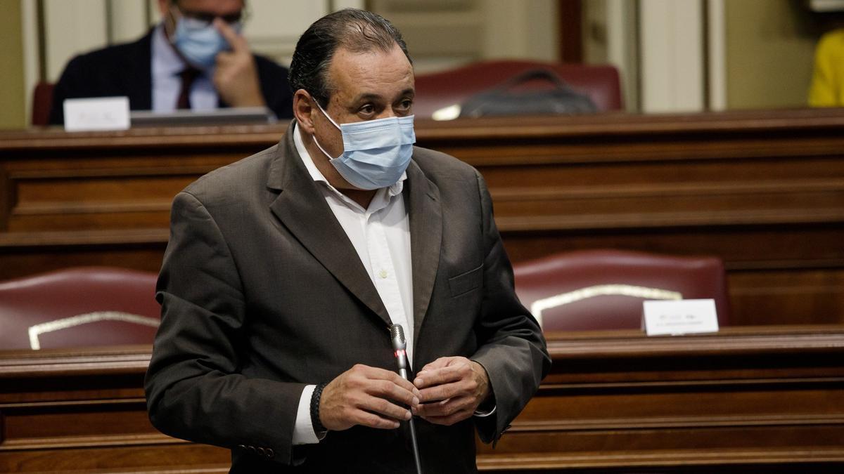 Blas Trujillo, en un pleno del Parlamento de Canarias.