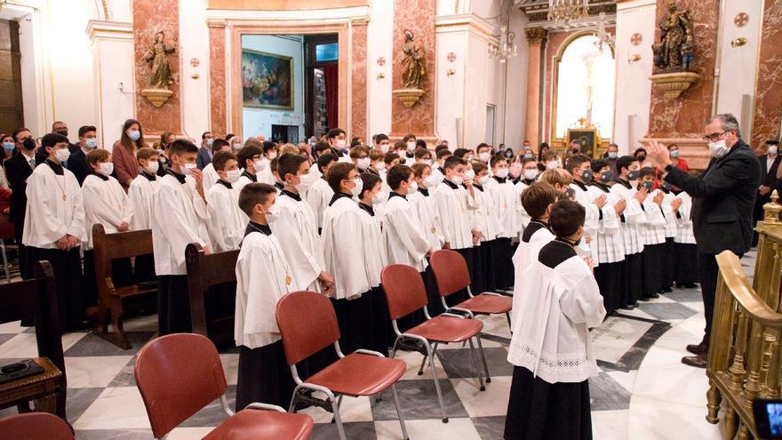 Once niños ingresan en la Escolanía de la Virgen con la ceremonia de 'vestición'