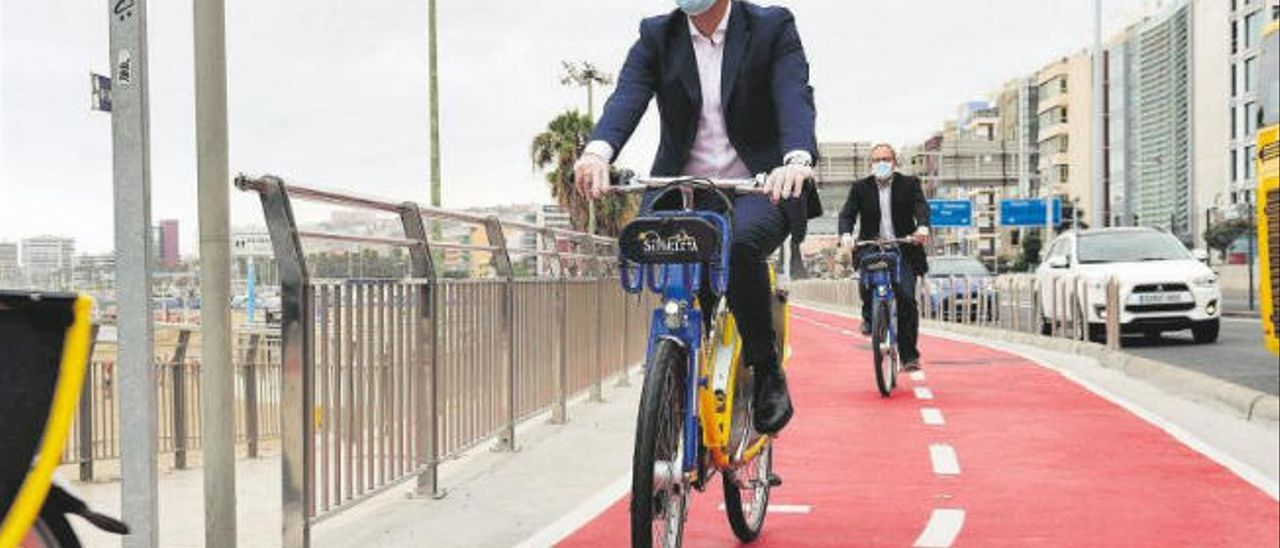 El alcalde Augusto Hidalgo y el concejal de Movilidad José Eduardo Ramírez, en bici, por el carril bici rehabilitado de Las Alcaravaneras, ayer.