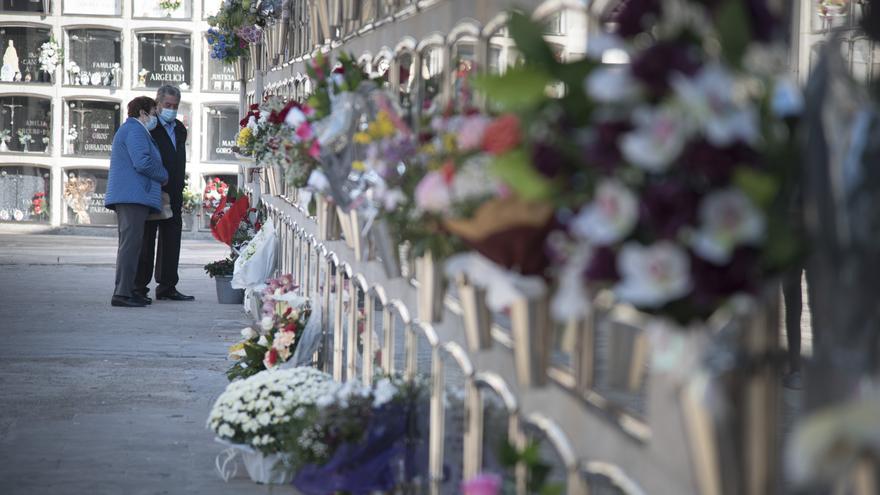El cementiri de Manresa es posa a punt pensant en la festivitat de Tot Sants