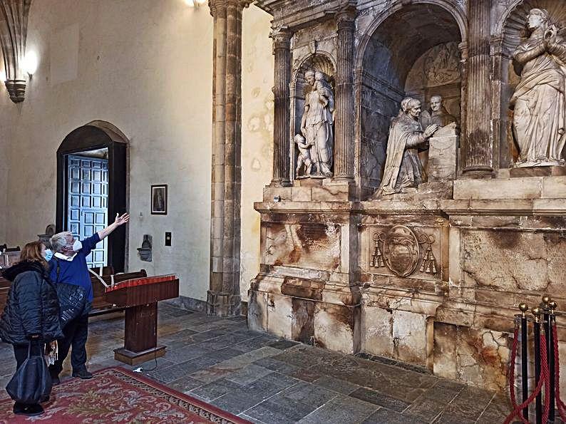 Lorenzo Arias y María Cosmen, observando el mausoleo de Pompeo Leoni.