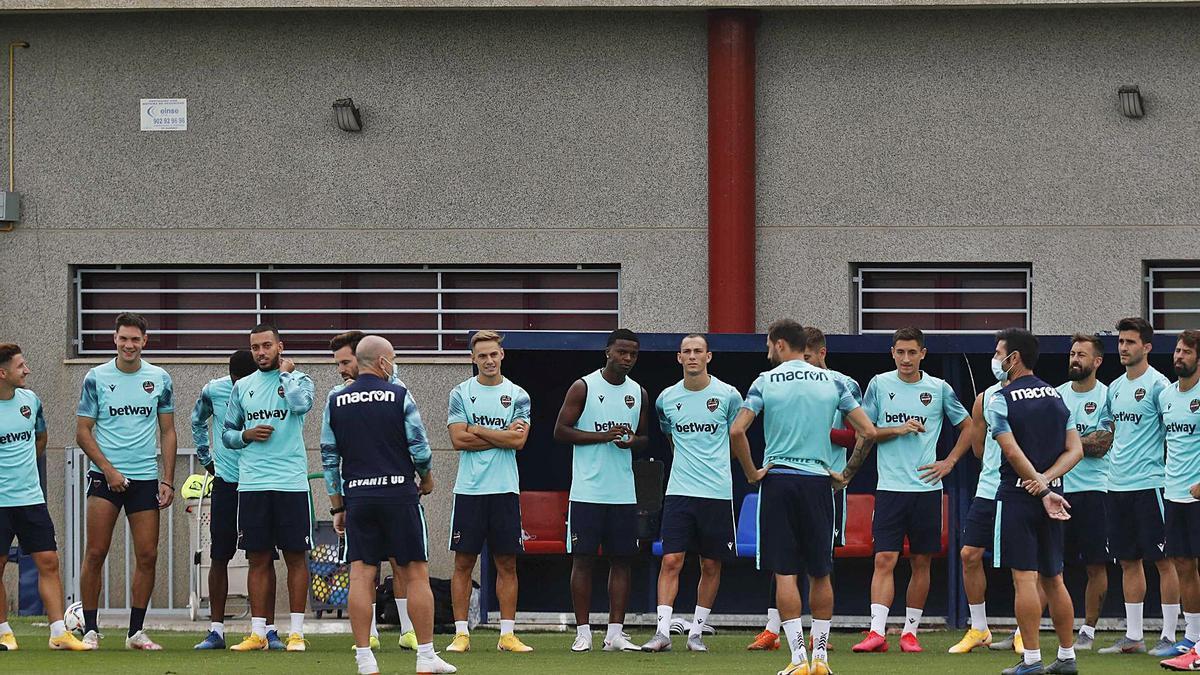 Paco López reúne a sus jugadores antes de dar inicio al entrenamiento.