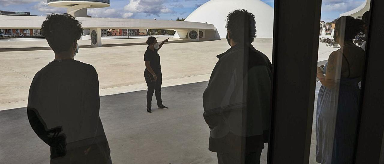 Un grupo espera para realizar una visita guiada en la plaza del Centro Niemeyer, que será nombrada como Plaza Internacional de la Poesía. | R. Solís