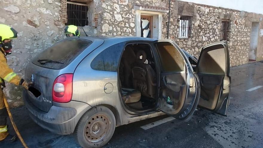 Arde un coche en Pedreguer y prende la puerta de una casa