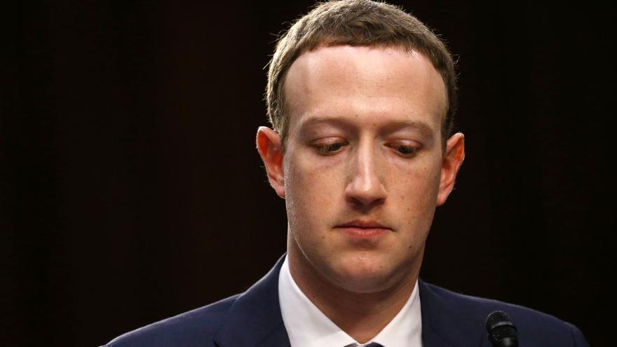 """Zuckerberg rompe su silencio sobre el escándalo de Facebook: """"No tiene sentido"""""""