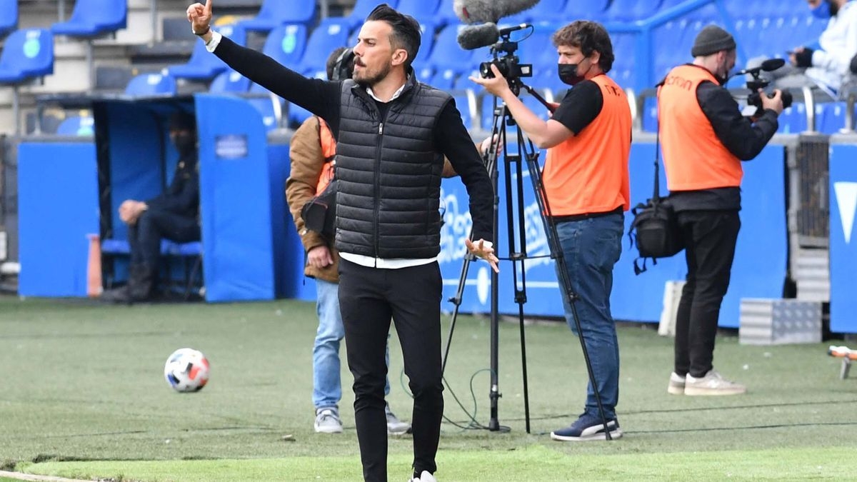 Rubén de la Barrera da instrucciones durante un partido.