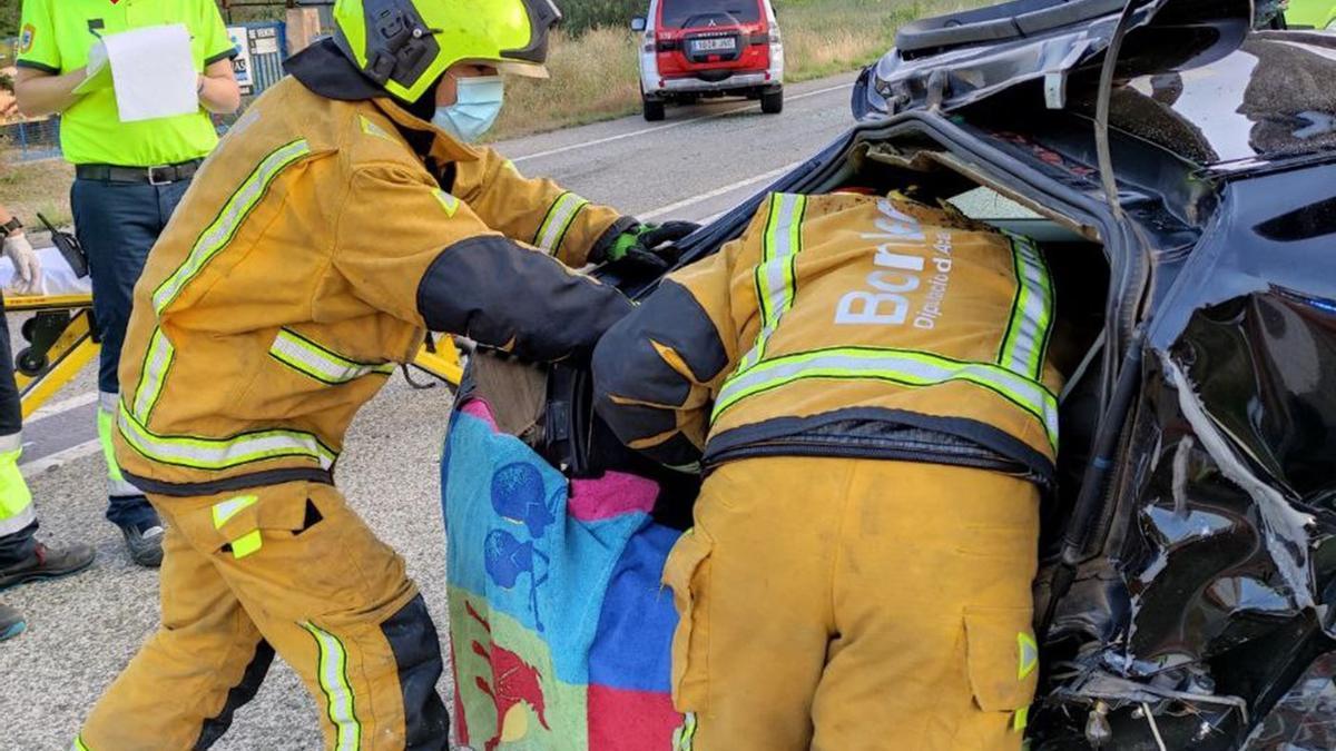Los bomberos liberan al conductor que había quedado atrapado