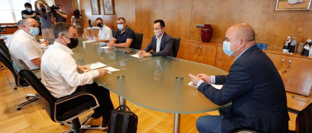 Momento de la reunión del conseller y el presidente del Consell con los ayuntamientos.