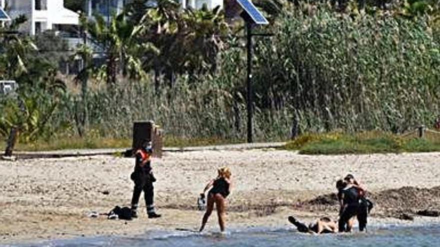 Agresiva pelea entre la policía y tres personas en una playa