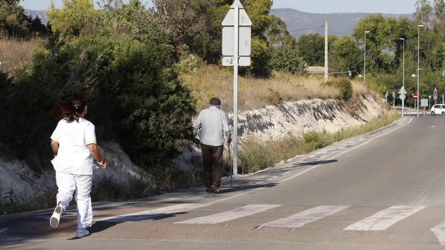 Un anciano de la residencia denunciada en Llìria se escapa al lograr que le abran la puerta