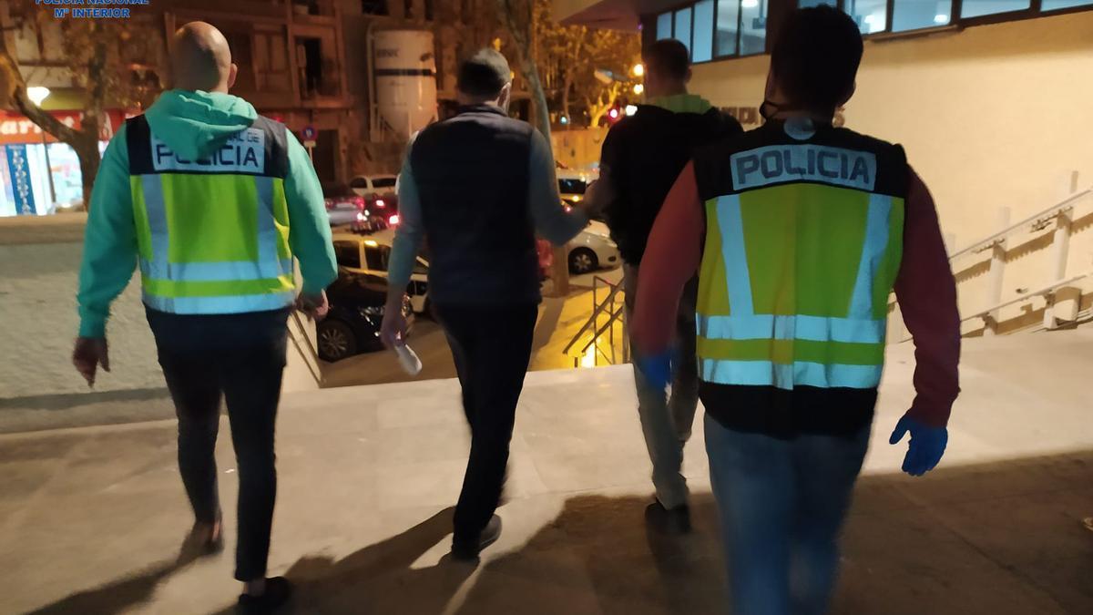 Agentes de la Policía Nacional detienen al falso instalador de gas en Palma.