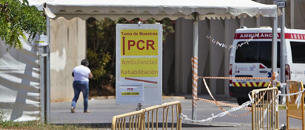 Zona para pruebas PCR habilitada en el Hospital de Sagunt.  | TORTAJADA