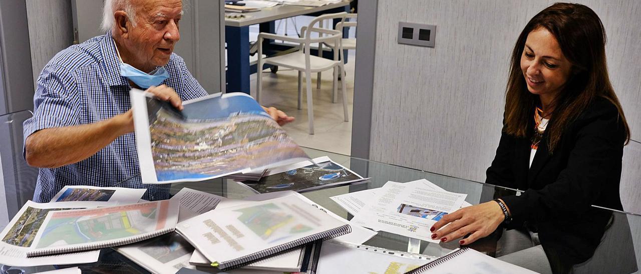 Ignacio Rodríguez y María Ángeles Travieso, el pasado lunes con los documentos que han presentado en el Ayuntamiento de La Aldea.     JOSÉ CARLOS GUERRA