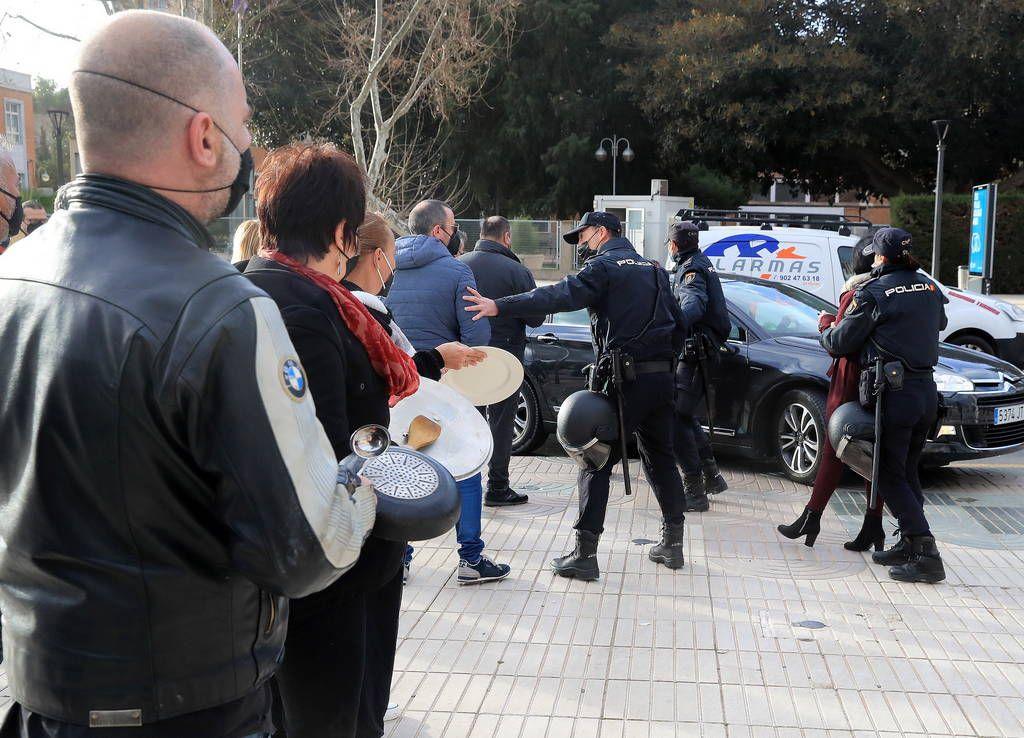 Los hosteleros se presentan en la Asamblea para recibir a López Miras