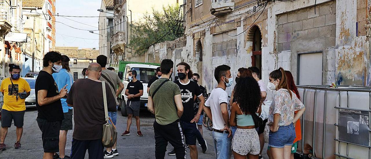 Vecinos e integrantes del sindicato de barrio «Construyendo Malilla» en Creu Coberta.  | F. BUSTAMANTE