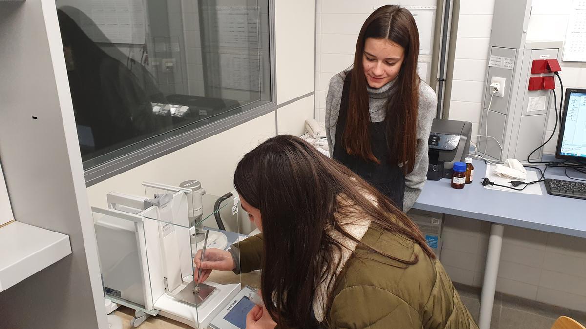 Las alumnas, en un momento de su investigación en el laboratorio.