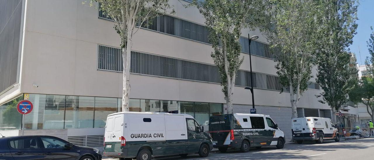 Dos furgones de la Guardia Civil y uno de la Policía aparcados junto a los Juzgados nuevos de Ibiza.