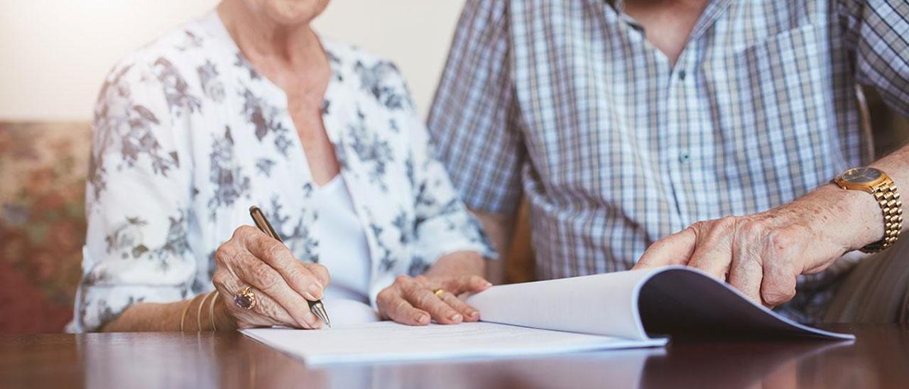 Una pareja de mayores, cubriendo el documento de últimas voluntades
