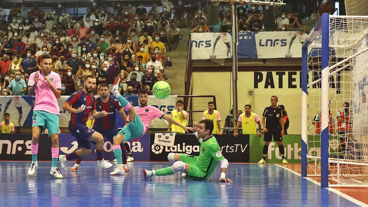 El balón vuela por el área del Barça en una de las  últimas acciones.  j.m.lópez