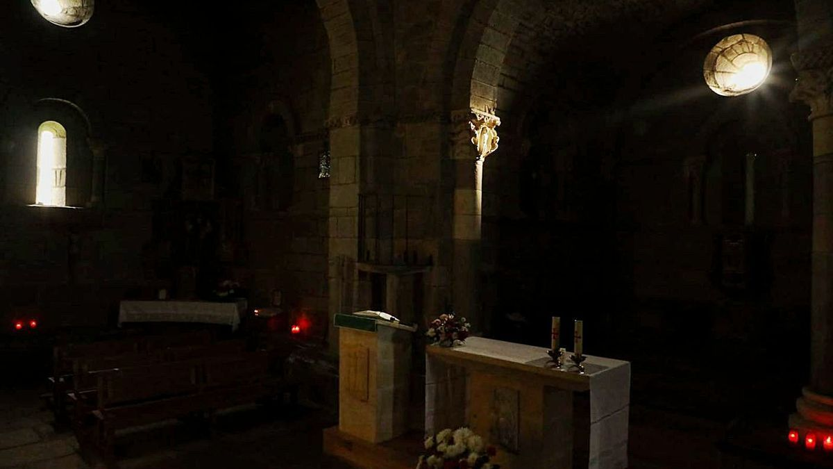 La luz equinoccial en la iglesia de Santa Marta de Tera, ayer.  N. R.
