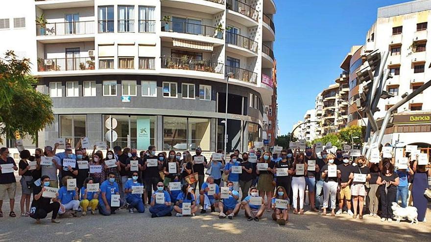 Los empleados de CaixaBank de las Pitiusas se movilizan contra los 358 despidos previstos en Baleares
