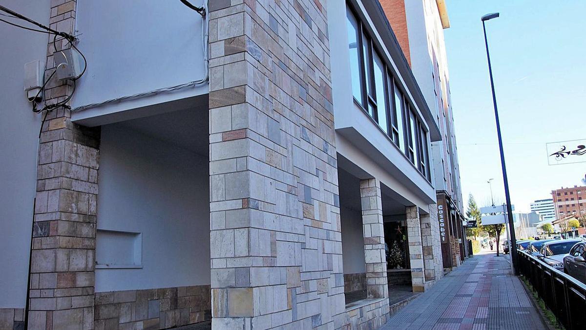 El edificio del antiguo cine, en el que irá la escuela infantil.   LNE