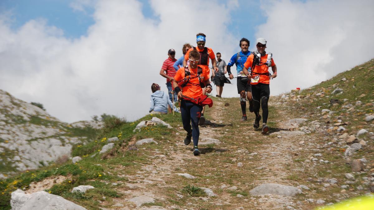 Participantes en una edición anterior de la Travesera Integral de los Picos de Europa.