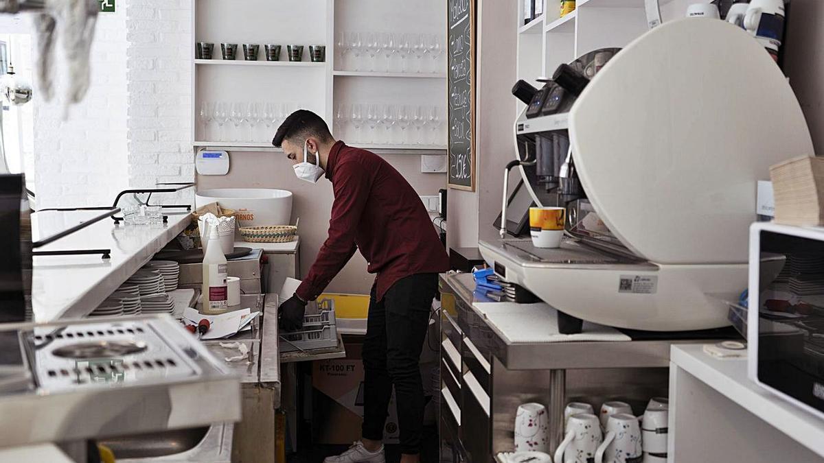 Un camarero trabaja dentro de la barra en un establecimiento de Zamora. |