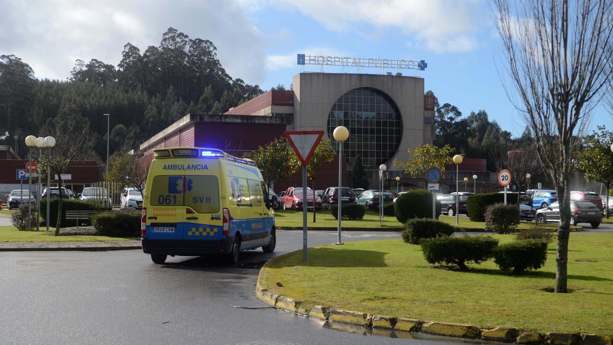 Una ambulancia llegando al Hospital do Salnés.