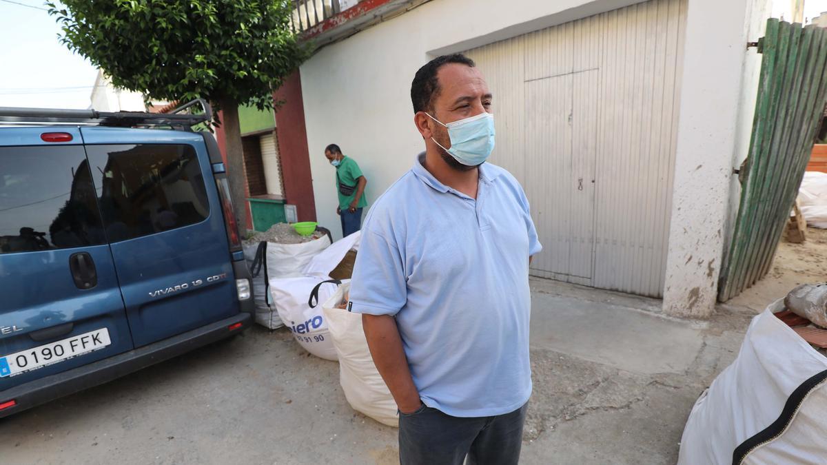 Saíd, padre de Abdedamad, este lunes ante su casa de Gallur, adonde acuden muchos vecinos a darle el pésame.