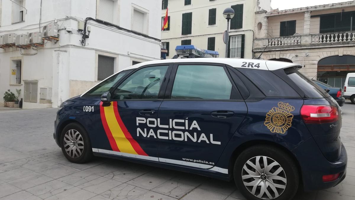 Un coche patrulla de la Policía Nacional en Mahón.