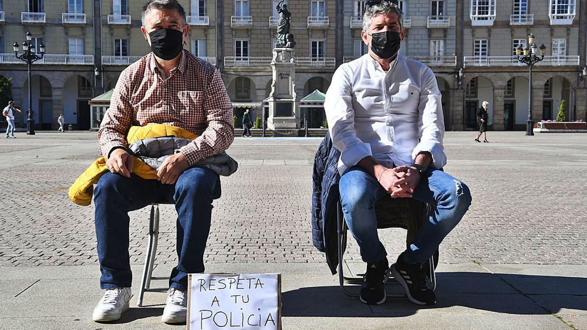 Los agentes Pedro Quintas y Manuel Freire, ayer en la plaza de María Pita.     // CARLOS PARDELLAS