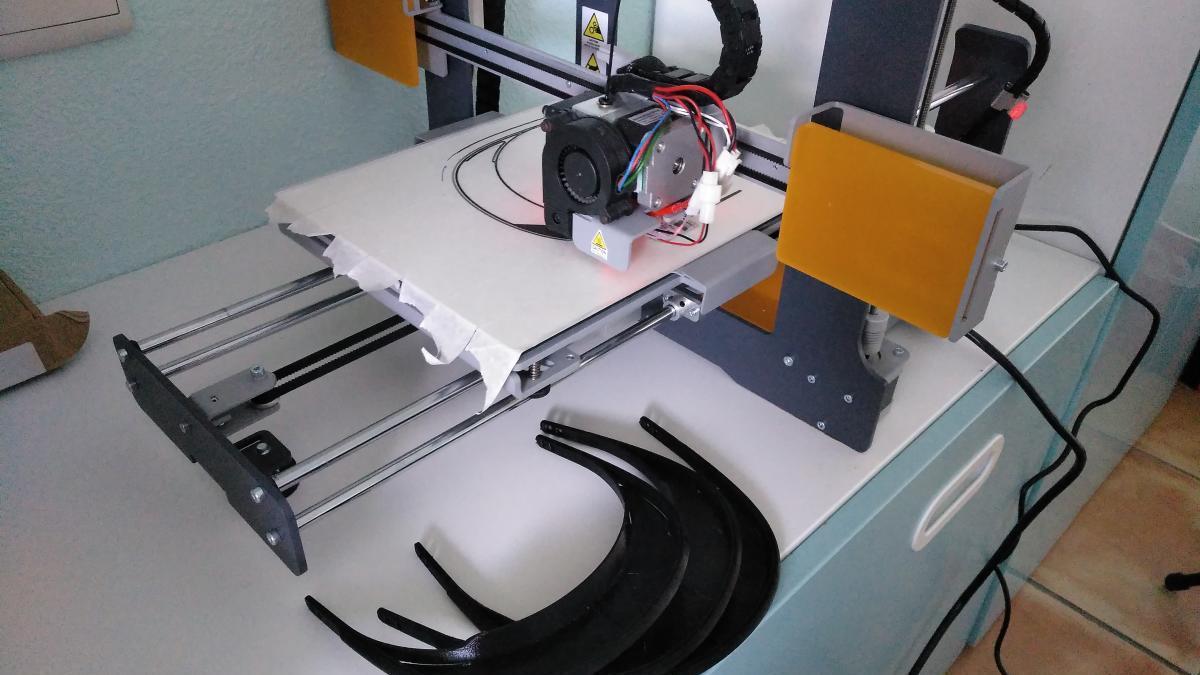 Un instituto de Dénia se suma a fabricar viseras protectoras para los sanitarios con sus impresoras 3D