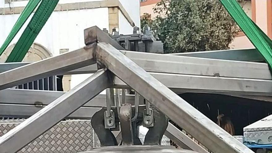 La nueva campana de la torre del Reloj sonó ayer por primera vez en Luanco