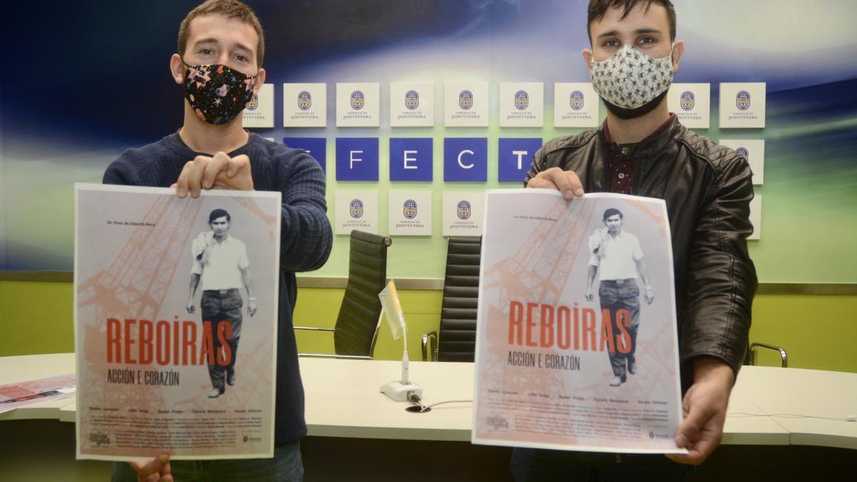El concejal Alberto Oubiña y el director Alberte Mera muestran el cartel de la película