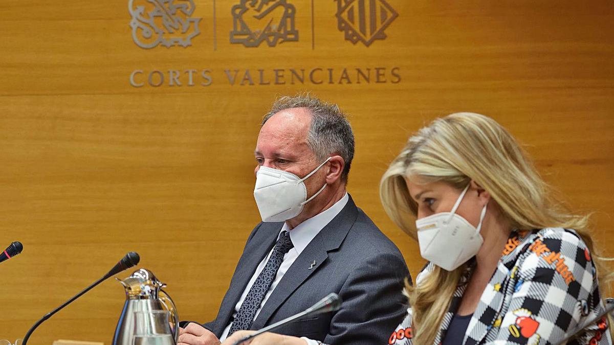 El director de la Agencia Antifraude, Joan Llinares, junto a la diputada Eva Ortiza, ayer.    LEVANTE-EMV