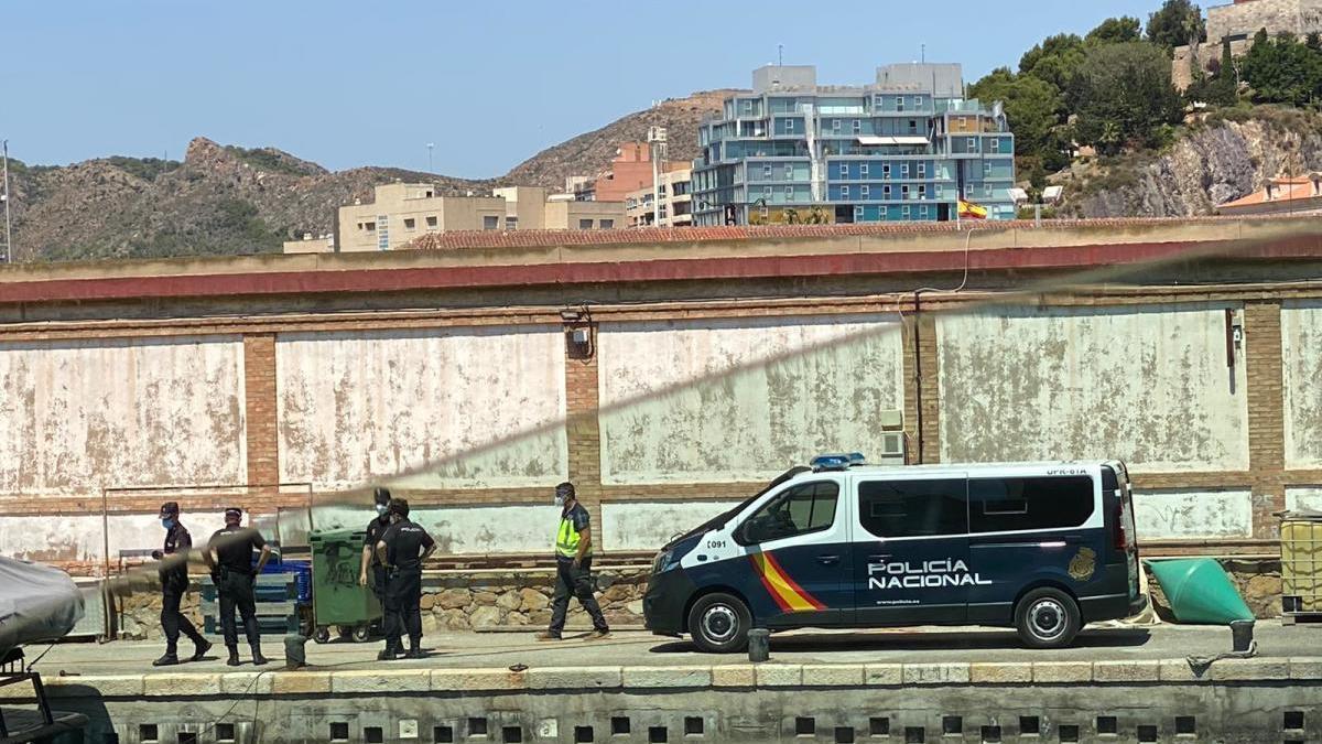 Agentes en el puerto de Santa Lucía.