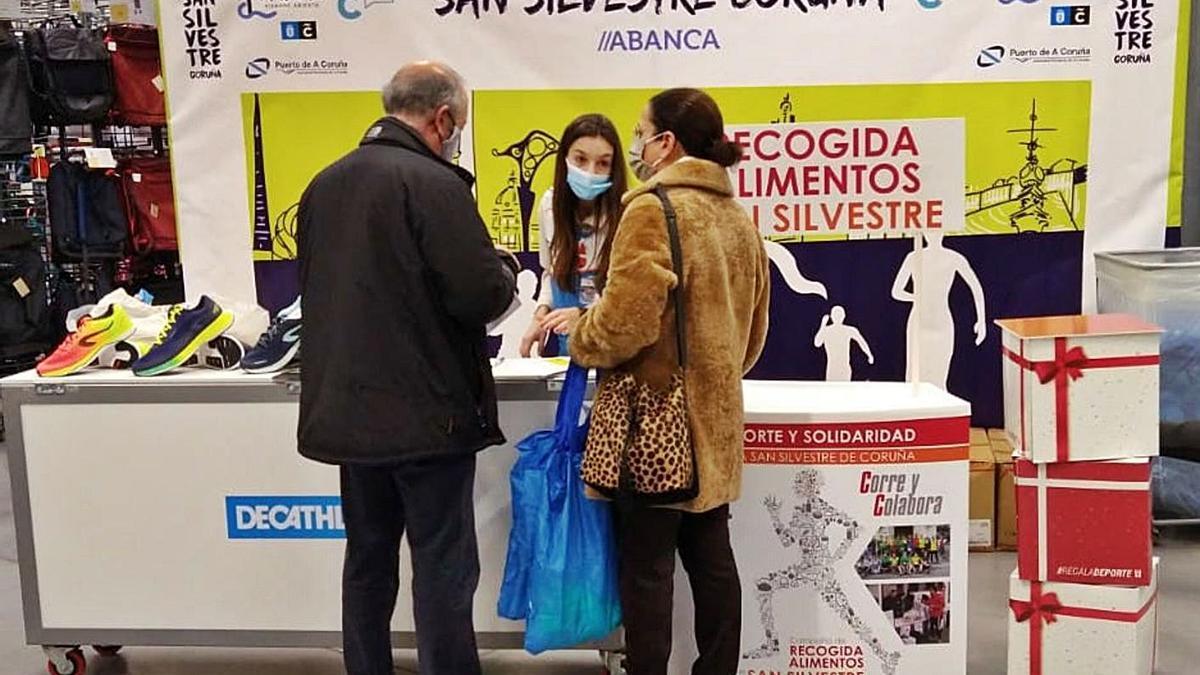 Recogida de la Bolsa del Corredor en el Decathlon de Marineda. |  // LA OPINIÓN