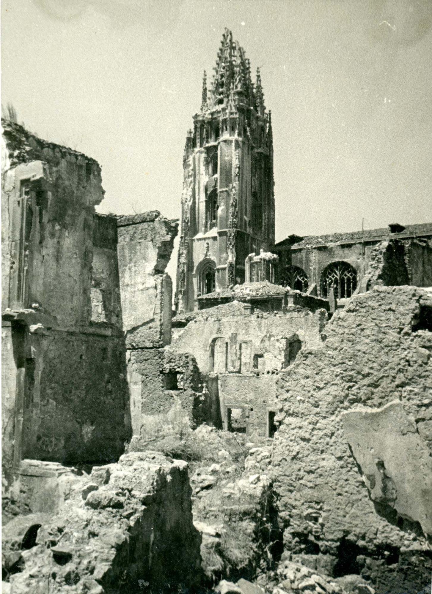 Adolfo López Armán (Oviedo). Vistas de la torre de la Catedral de Oviedo/Uviéu tras la Guerra Civil, 1938. | Donación anónima