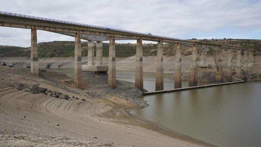 Iberdrola se compromete a no reducir más la cota de agua en el embalse de Ricobayo