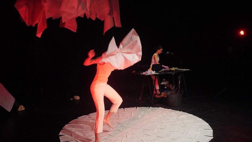 «Fulla blanca», teatre visual per retre tribut a les plantes