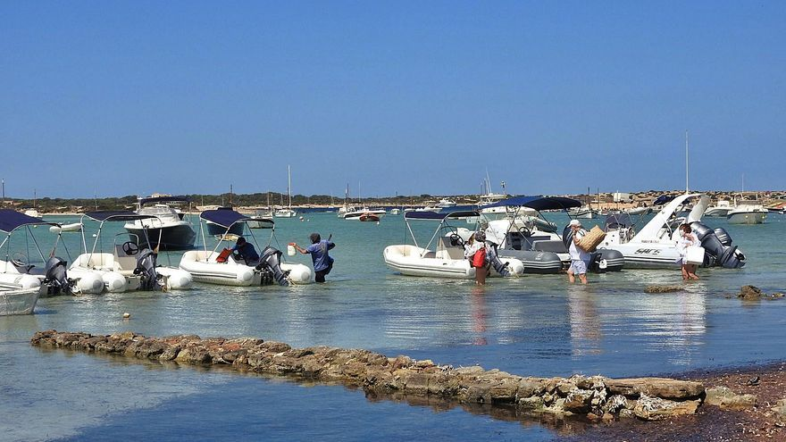 El Govern levanta cuatro actas a empresas de chárter con barcas en s'Estany des Peix
