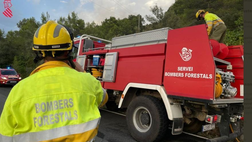 Una unidad de bomberos forestales sigue trabajando en Azuébar una semana después del grave incendio