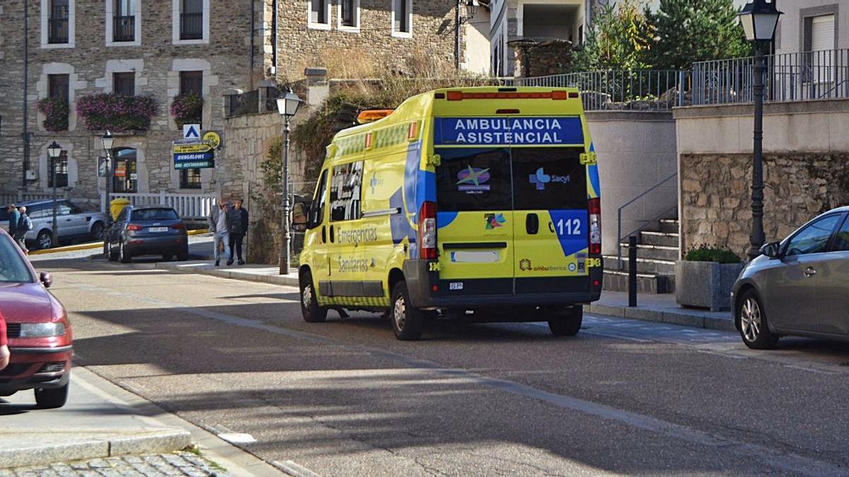 Una ambulancia sale del centro de salud de Puebla de Sanabria.   A. S.