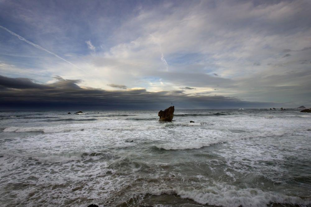 Playa de Aguilar en pleamar con la peña Caballar al fondo