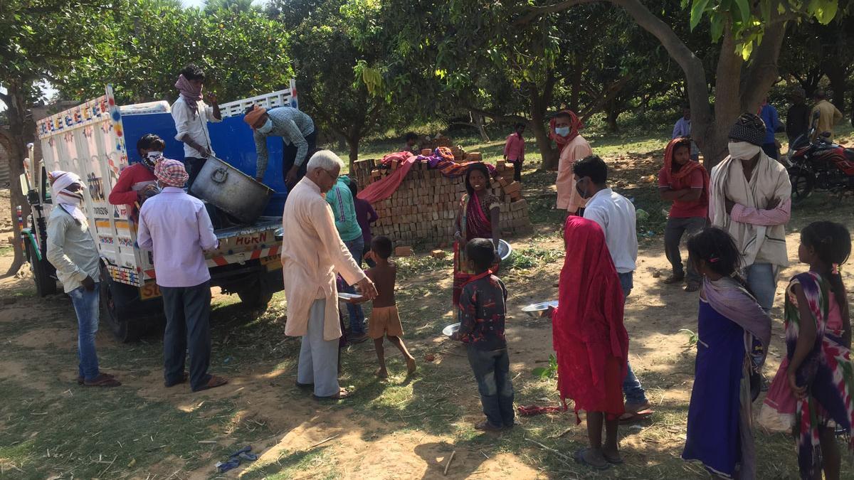 Los jesuitas reparten comida de Manos Unidas en una zona rural india.