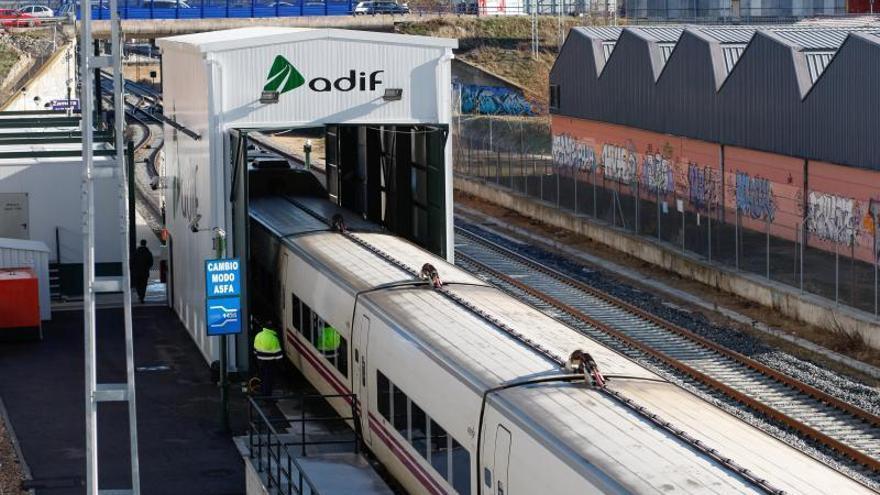 Un tren pasa por el cambiador de ancho de Zamora