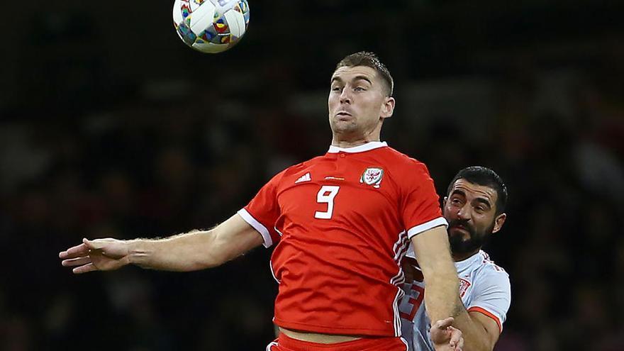 Alcácer brilla con España en una cómoda victoria en Gales
