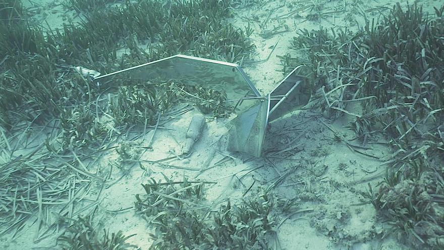 El fondo de Cala Comtesa es un cementerio de posidonia arrancada y basuras