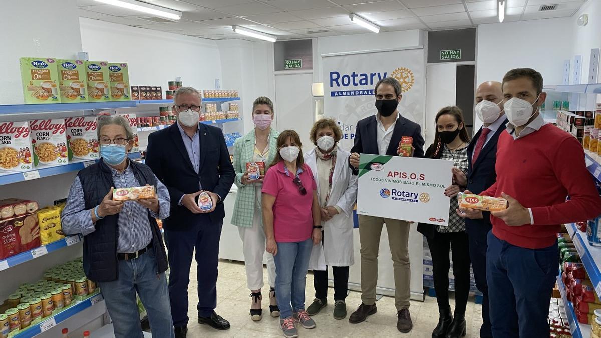 Integrantes del Club Rotary Almendralejo, Grupo Apis y voluntarios del Economato Social